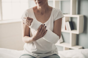 woman with broken arm from accident, for help with seeking settlement talk to a Gloucester personal injury lawyer.